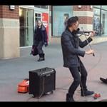 Elektromos hegedűvel hódít az utcazenész (videó)