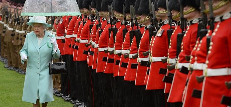 Állatvédők megdicsérték az angol királynőt, mert műszőrmét visel