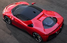 """Pont úgy """"üvölt"""" az új top Ferrari, ahogy egy hibridtől várni lehet – videó"""