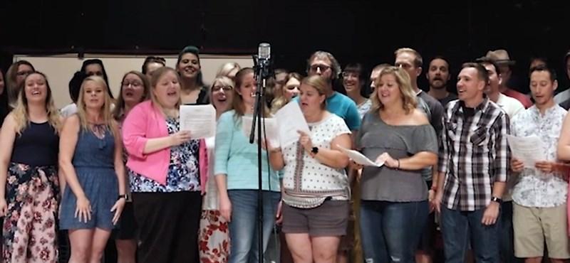 Ötven volt diákja énekelt a rákbeteg kórusvezetőnek – videó