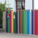 Street art percek: Felmászott a tolltartó tartalma a kerítésre