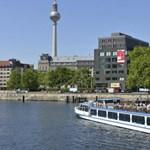 Többen megsérültek Berlinben, miután egy férfi a hídról a vízbe vizelt