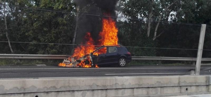 Lángolt egy autó az M3-as autópályán – fotó