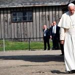 Ferenc pápa belépett Auschwitz kapuján