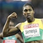Focistaként folytatja a férfiassága miatt támadott dél-afrikai futónő