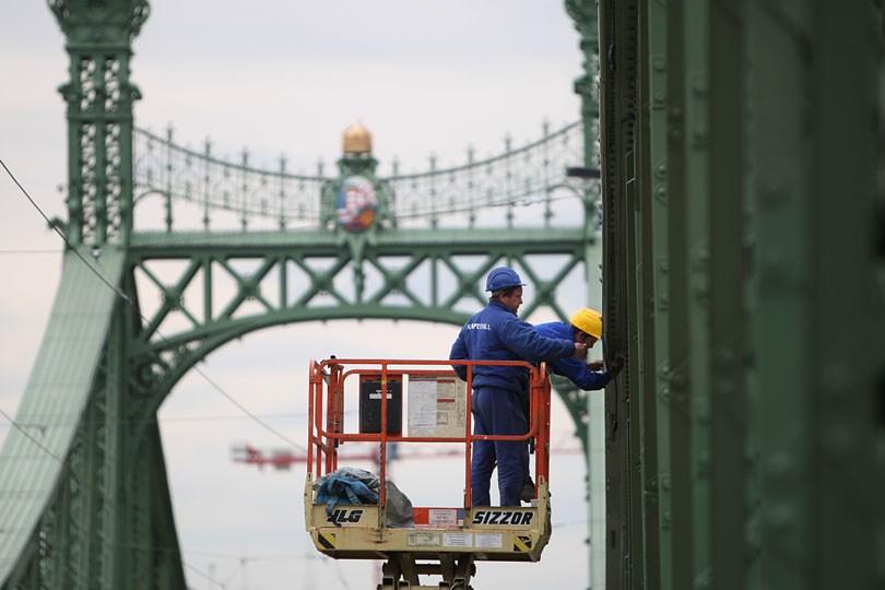 Nagyítás - Az utolsó csavarokat húzzák a Szabadság hídon