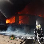 Videó: Pokoli látványt nyújt a lángoló lőrinci raktárépület