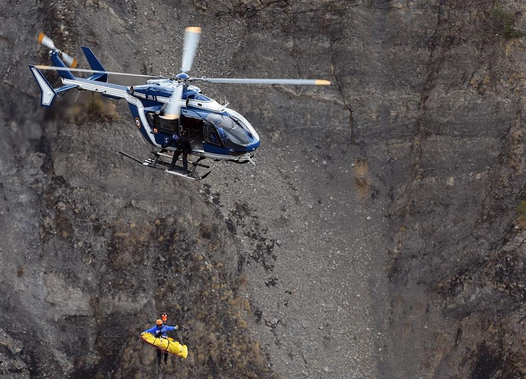 afp. francia repülőgép baleset, Germanwings-baleset, mentési munka a hegyen, 2015.03.26. Seyne, Franciaország, A230