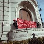 Aktivisták másztak be a Fidesz-székház erkélyére