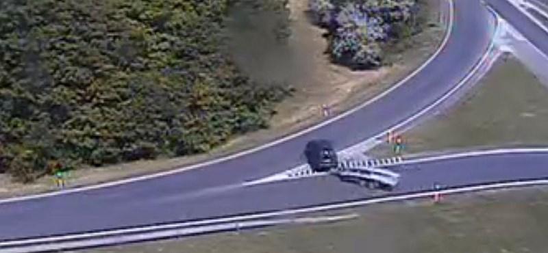Valaki megfordult az M7-es felhajtóján, és elindult a forgalommal szemben – videó