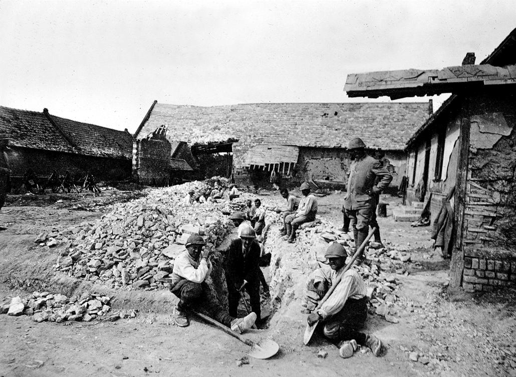 afp. Somme-i csata - Guerre 1914-1918. Fantassins creusant un boyau à travers des maisons en ruines. Suzanne (Somme). 1916. BOY-8023