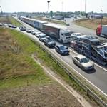 Karambolozó kamionok miatt van nagy dugó az M1-esen Budapest felé
