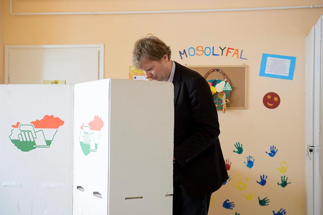 mti. választás 2014, önkormányzati választások 2014.10.12. Fodor Gábor, a Magyar Liberális Párt (MLP) elnöke szavaz a gyöngyösi Jeruzsálem úti bölcsődében kialakított 24. számú szavazókörnél, mielőtt leadná szavazatát az önkormányzati választáson 2014. ok