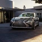 Ennél feltűnőbb már nem nagyon lehetne az új csúcs Lexus