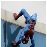 Erekciója miatt távolították el Pókembert egy pláza faláról - fotók