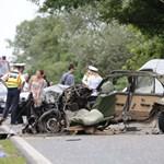 Szinte kettészakadt az ütközésben az autó – 1 halott, 3 sérült