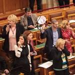 Az ellenzék elfoglalta a pulpitust, Orbán arcába sípoltak, de a Fidesz elfogadta a rabszolgatörvényt