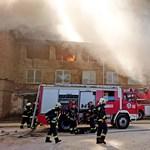 Hatalmas erőfeszítéssel sikerült eloltani a lángoló gyárépületet Budapesten