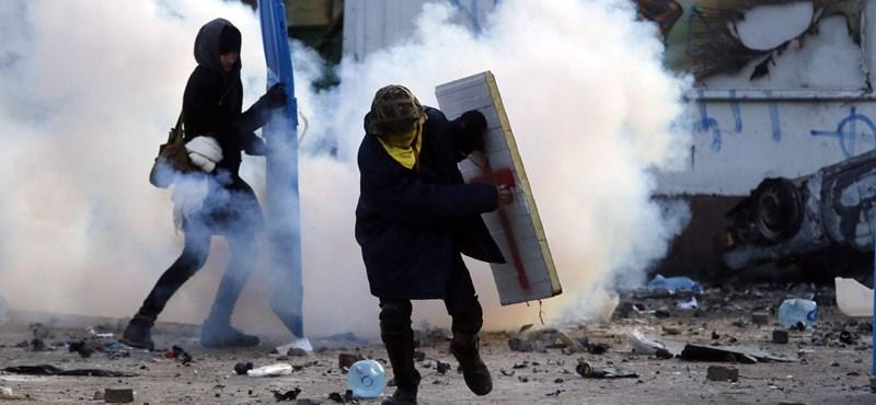 Élő közvetítés: porig égettek egy épületet a tüntetők Kijev belvárosában