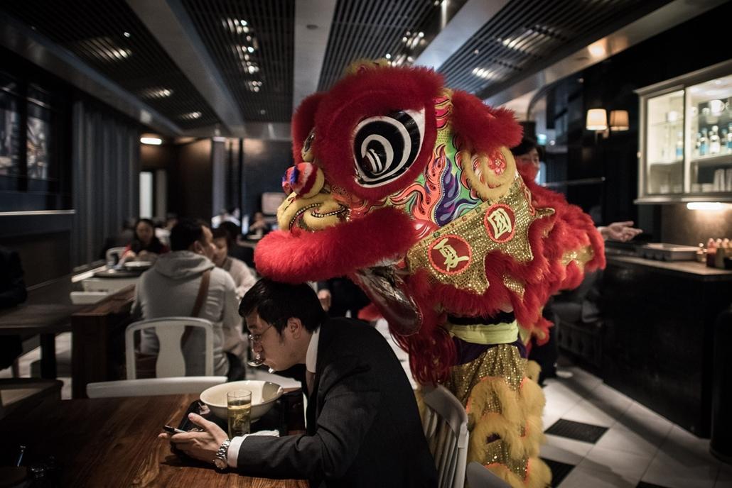afp.15.02.23. - Hongkong, Kína: az oroszlán tánca egy helyi étteremben a holdújév alkalmából - 7képei