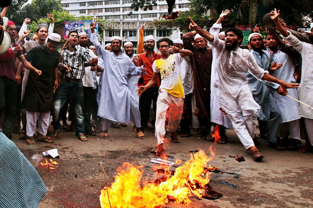 Bangladesi muszlimok égetnek el egy amerikai és izraeli zászlót , arab világ, tüntetések, mohammed próféta