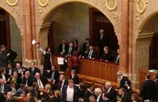 Botrány a Parlamentben: Áder gyorsan elhagyta az üléstermet