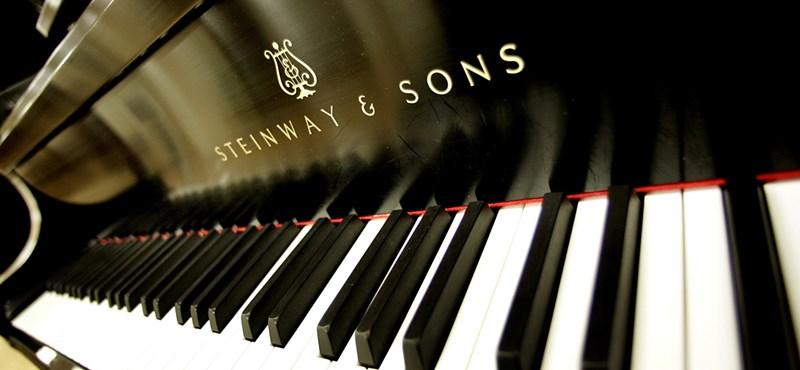 Így készül a híres Steinway zongora – videó