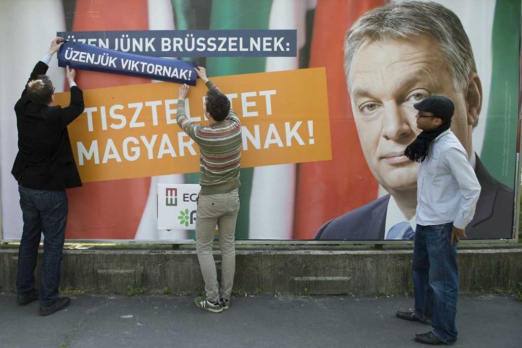 hét képei - 2014.05.07. EP2014-Együtt-PM - Az Együtt-PM átragasztotta a Fidesz egyik kampányplakátját