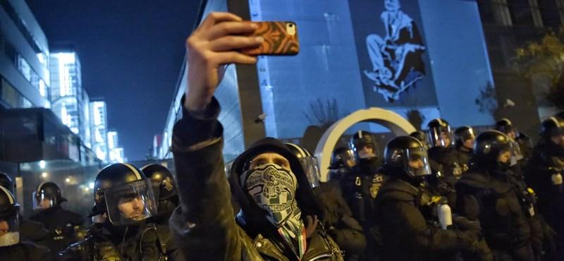 Sosem látott ellenzéki összeborulást hozott az MTVA-ostrom, a tüntetők propagandatúráztak egyet