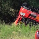 Veszélyes anyaggal borult fel egy kamion – napok óta tart a mentés