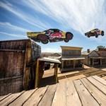 Egy egész falun átugrattak autóval, világrekord – videó