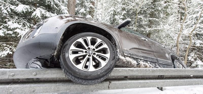 Egy-két kilométer/órán múlik a baleset – hogy vezessünk jeges úton? (Videó)