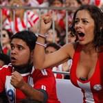 Szép lányok és dús keblek a focivébén - fotók