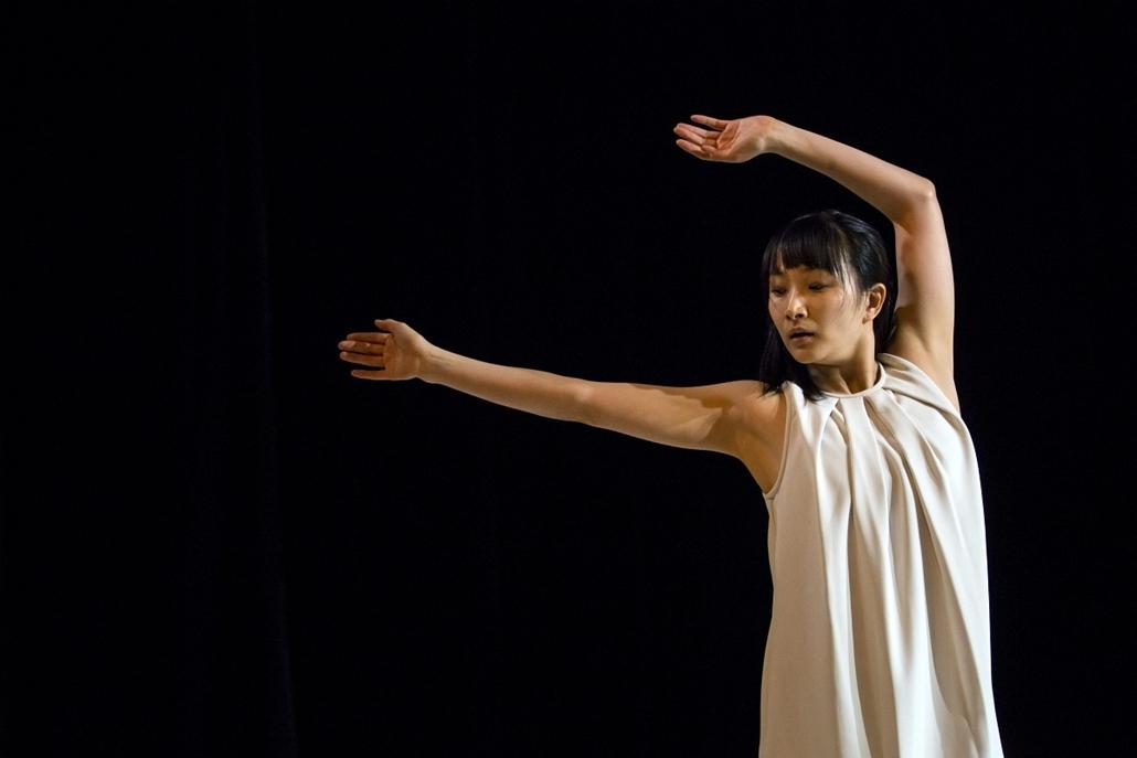 Nagyításgaléria - A japán Oszanai Jumi adja elő saját koreográfiáját a SzólóDuó 2013 nemzetközi táncfesztivál első napján a budapesti MU Színházban.