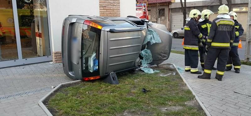 Közlekedés  Fotó  Felborult egy autó a Teve utcában - HVG.hu 5196aa305c