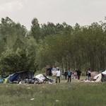Megtiltották a civileknek, hogy ételt osszanak a röszkénél várakozó menekülteknek