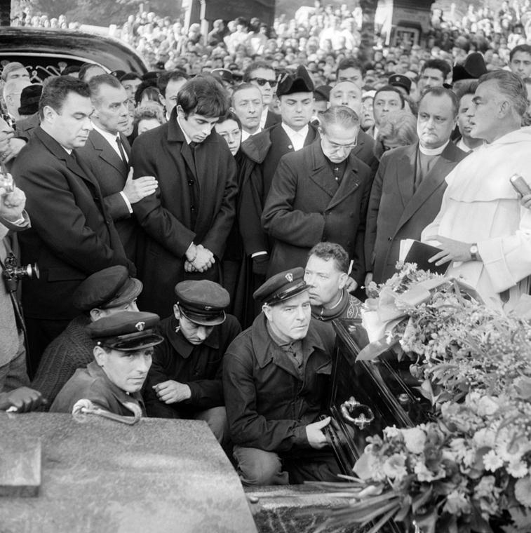1963. október 14. - Párizs, Franciaország: az énekesnő temetése - Edith Piaf