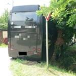 Részeg fiatal kötött el egy buszt Szentesen, majd karambolozott – fotók