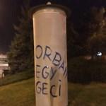 Simicska Lajos újra plakátokra írta: Orbán egy geci