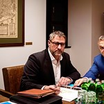 Orbán Viktor mosolyogva pózolt Simonka György mellett