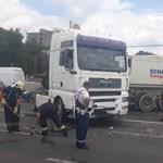 Nyerges vontató és kisteherautó ütközött Budapesten – fotók