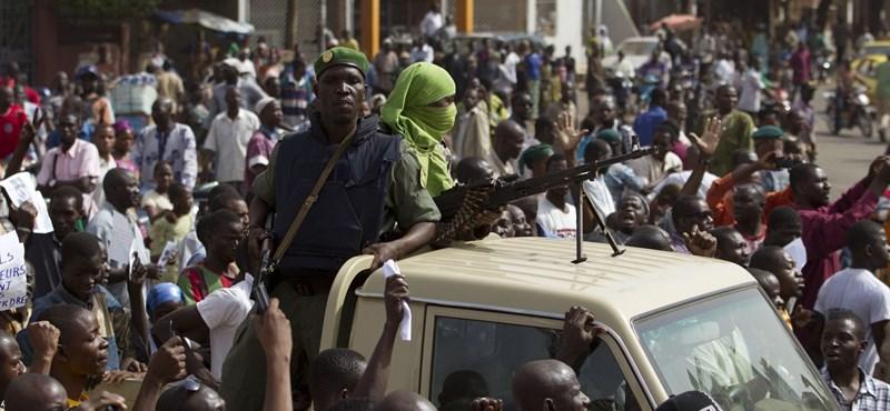 Táborba vittek fegyveresek több vezetőt Maliban