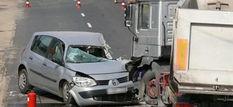 Rommá törte a kocsi elejét a kamion – fotó