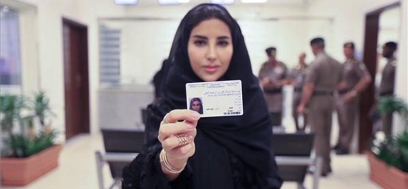 Történelem: kiállították az első női jogosítványokat Szaúd-Arábiában