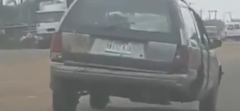 A nap videója: hiányzó kerekű autó a hétköznapi forgalomban