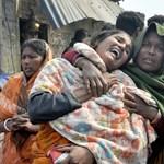 Telefonálás közben, egy kézzel kormányozva előzött egy buszsofőr Indiában, 45-en meghaltak