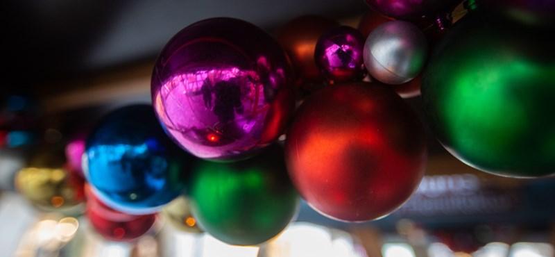 Szatyorban lopták a díszeket Tata karácsonyfájáról – videó