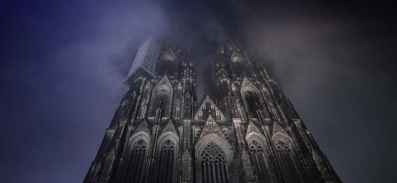 Füstnek nézték a felhőt, kivonultak a tűzoltók a kölni dómhoz
