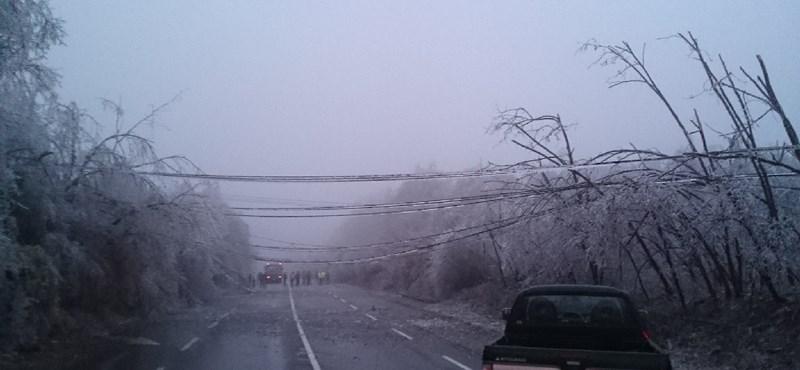 Ilyet is ritkán látni: nagyfeszültségű vezeték szakadt le a 3-as főúton