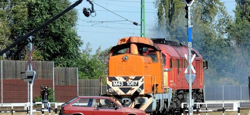 Fotók: Lada Samarát toltak egy vonat elé